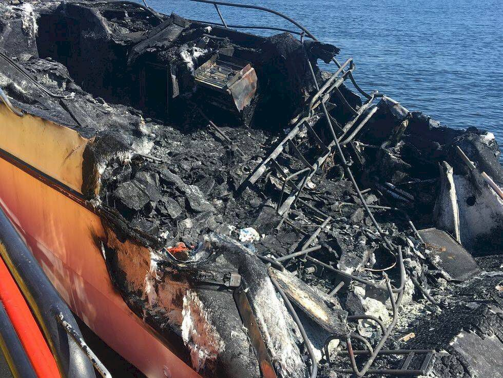 Båt brann ner i Strömstad