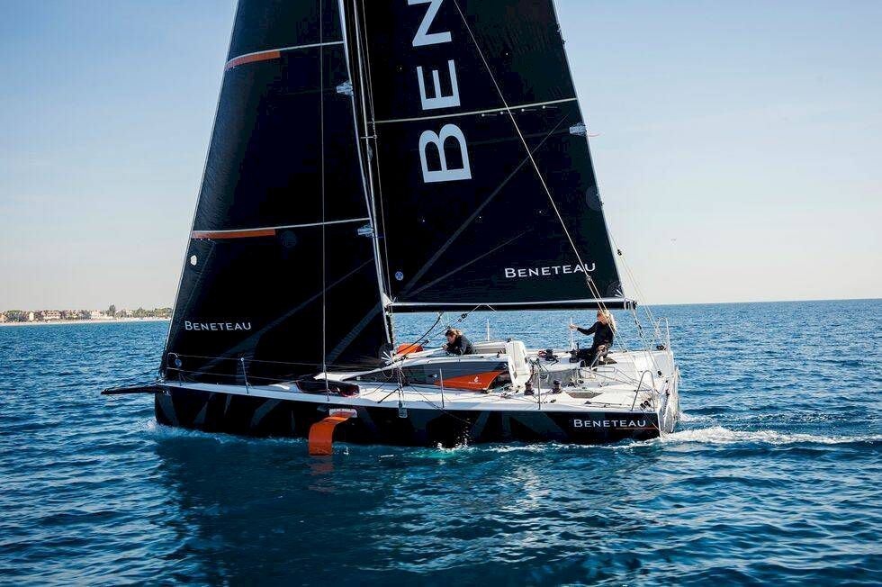 Reportage: Båtnytt provseglar Beneteau med vingar