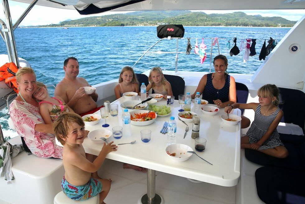 Båtcharter – två familjer i en katamaran