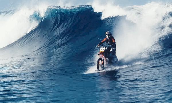 TV: Här surfar han på monstervågor - med sin motorcykel