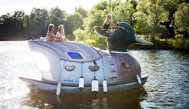 TV: Galna ankbåten simmar runt i Stockholm