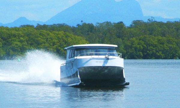TV: Båten gör 50 knop - med skidor under skrovet
