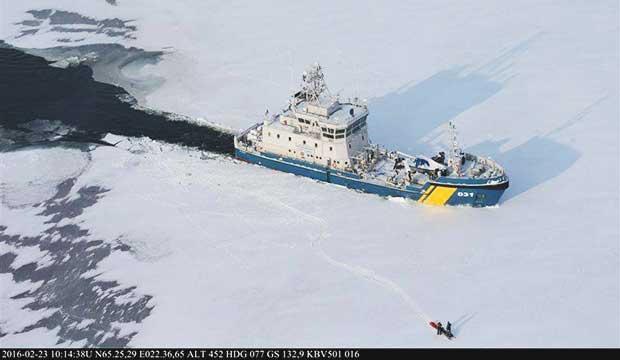 Bilder: Här bryter Kustbevakningen isen